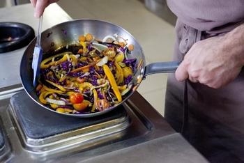 色鮮やかで栄養たっぷり!「紫玉ねぎ」のサラダ&おしゃれ料理レシピ