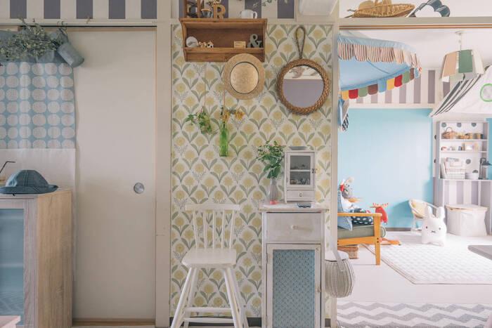 賃貸住宅の場合などで新しい壁紙を貼れないという場合、マスキングテープが壁紙を貼る際の下地として活躍します。マスキングテープで養生した上に壁紙用の糊や両面テープを貼って壁紙を張り付ければ完成。この方法ならあとできれいにはがせるので、壁紙の張替えに思い切ってチャレンジできますよ。