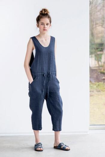 こんなジャンプスーツもとてもラクチンなので、ルームウエアやパジャマにおすすめ!こちらはリトアニアのブランドのもので100%リネン素材。お洗濯しても乾きが早いので、汗をかきやすい季節には嬉しいですよね!