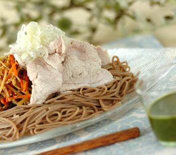 ちょっと変わり種を楽しみたいなら、抹茶を加えた麺つゆで味わってみてはいかが? 麺つゆに抹茶の粉を混ぜて、ダマにならないよう混ぜ合わせるだけで、抹茶入りつゆの完成! ふんわりと抹茶の香りが広がりますよ。