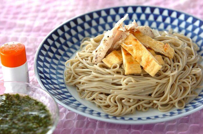 とろろや納豆など、とろみと粘りがあるものは蕎麦との相性バッチリ!モロヘイヤも刻むとトロッとする食材です。独特の青くささも麺つゆに混ぜると気にならず美味しくいただけますよ。刻んで麺つゆと混ぜるだけなので、とてもお手軽です。