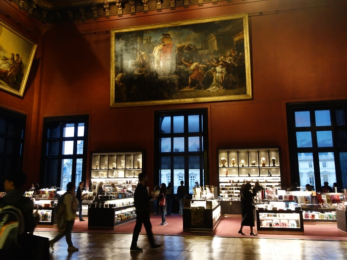 せっかく、ルーヴル美術館を訪れたら、何か記念にお土産を購入したいと思いませんか。そんな願いをかなえてくれるのが、ルーヴル美術館内に併設されているミュージアムショップです。ここでは、珠玉のコレクションの絵葉書や、ミニチュアの置物、キーホルダー、カバンなど様々なお土産が用意されています。きっと、お気に入りのお土産が見つかるはずですよ。