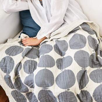 眠りの時間だけでなく、クーラーで冷えるソファ周りなどでひざ掛けとしても使えるガーゼケット。無造作に置いておくだけでも絵になるデザインを選べば、インテリアのアクセントとしても素敵。  夏色と言えばブルーですが、相性の良いグレー系もなじみの良い色です。