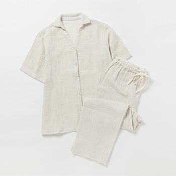サステイナブルなライフスタイルブランド「プリスティン」によるオーガニックコットンとリネンのさらりとしたパジャマ。夏の暑い夜にはとくにおすすめで、襟を立てて寝るとべたつきやすい首元もさらさら!