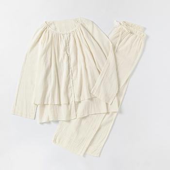 朝晩の冷え込みや冷房が気になる方におすすめなのが同じく「プリスティン」のこちらのパジャマ。長袖ですが、夏に着ても暑苦しくなく着ることができます。オーガニックコットンのガーゼ生地が優しく包んでくれて、至福のひとときを過ごすことが出来そう。