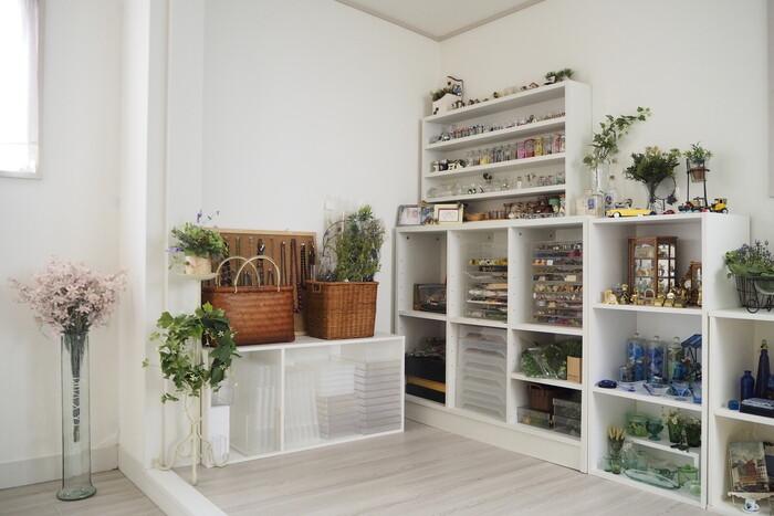 手芸やハンドメイドの道具、お気に入りの雑貨なども、このように見せて収納するとインテリアとしても素敵。インテリアグリーンや花などを散りばめれば、雑貨店のようなときめく空間が生まれます。