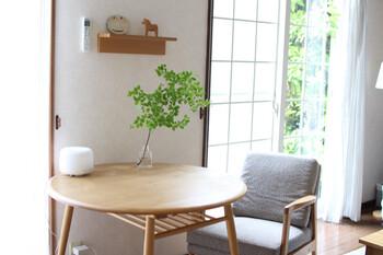 カフェのように、窓際のテーブルでゆったりとお茶を飲んだり読書をしたり…そんなひとり時間も良いですね。こちらのお宅のように、モノを置かずにただ小さなテーブルと一人掛けチェアを用意しておくだけでも思い思いの使い方ができそう。