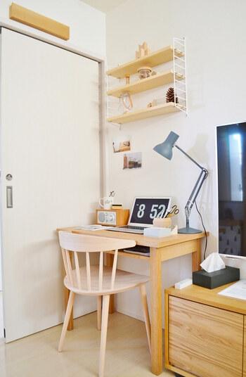 テレビボードと扉の間にできたわずかなスキ間を上手に使い、デスクを設置。  壁には可動棚を取り付けてインテリアに統一感を持たせています。1人が座れるほどの小さなスペースも、デスクや収納棚があるだけで充実した「ひとり時間」スペースに。