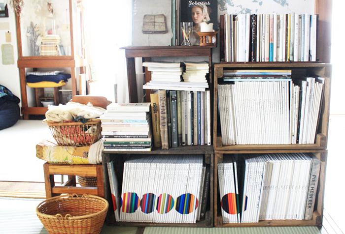 お気に入りの本も収納棚にひとまとめに◎ 美しく見えるコツは、できるだけ背表紙の色を揃えながら、同じ高さを横並びにすることです。ざっくりでも良いので、意識して並べてみてはいかがでしょうか。