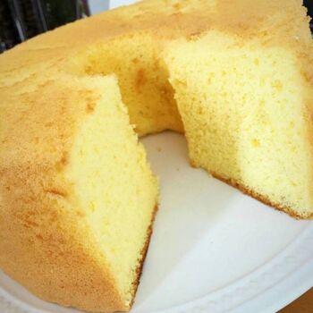 ふわっふわのシフォンケーキは、小麦粉で作ることが多いですが、米粉と米油、卵、でん菜だけでシンプルに仕上げています。ベーキングパウダーを使わず、卵の力だけでふくらんでいるんですよ。