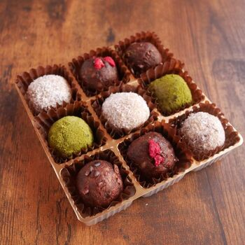 疲れたときに、甘いものを少しだけつまみたいという方におすすめなのが「ビューティーボール」です。見た目はチョコレートトリュフにそっくりですが、ドライフルーツやナッツなどで作られています。ビューティーボール発祥のオーストラリアでは、健康的でおいしく小腹を満たしてくれるギルトフリーなおやつとして人気。