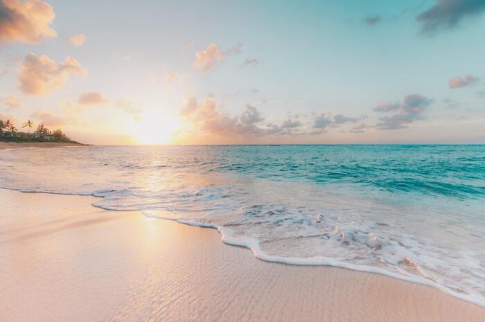 海が恋しくなる季節、夏。海水浴をしたり花火をあげたり、普段海と関わりがないひとも距離がぐっと近づきますね。夏は陸の空気が熱せられやすく、海から吹いてくる風は逆に涼しい…そんな海風を感じられるような、海にちなんだ小説を4冊選びました。