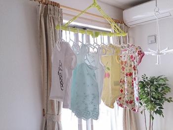 たとえば食器洗いを「食洗機」におまかせする、洗濯やアイロン掛けをする曜日を決める、家族で家事の役割分担をするなど「家事のシンプル化・効率化」を意識してみては。当たり前にやっていたことを、もう一度見直してみると時間や空間に「余白」が生まれるはず。
