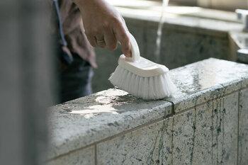 洗剤を使わなくてもしっかり汚れが落とせるブラシ。毛がぎっしり詰まっていて、毛先が細かく裂かれているので、汚れをごっそり掻き出します。