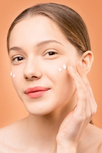 スキンケアの仕上げには乳液やクリームを塗るのを必ず忘れずに。肌に油分を与え、化粧水などの水分蒸発を防ぐ膜を作ってくれます。