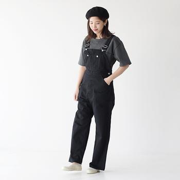 チャコールのTシャツと黒デニムのオーバーオールコーデ。モノトーンでとことんシンプルですが、ベレー帽が大人かわいく仕上げてくれます。ダボダボしすぎない程よいサイズ感を選ぶことが、やぼったくならないポイントです。