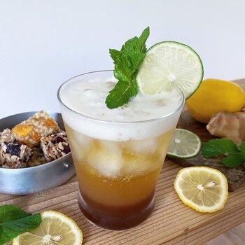 かりん・うめ・れもん、それぞれの果汁を加えた爽やかなジンジャーシロップは、暑い日はアイス・寒い日はホットと、1年中楽しめます。お水で割るとフルーティー感をダイレクトに味わえますよ。炭酸と白ワインで割れば上品なカクテルに。