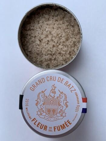「バッツの塩」はあまり聞きなじみがないかも知れませんが、別名の「ゲランドの塩」なら知っている方は多いのではないでしょうか?  フランス王室に献上した歴史をもつバッツの塩の中でも、自生するブナチップでゆっくり燻製した「フュメ フルール ド セル」は上品な香りが特徴。ステーキやローストビーフなどのお肉料理に合わせるのがおすすめ。