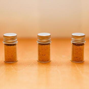茨城県水戸市の納豆ごはん専門店「令和納豆」で作られている「納豆塩」は、ごはんにぱらりと振りかけたり、お味噌汁に加えたりと新しい納豆の食べ方を提案しています。  納豆自体をパウダー状にしてお塩と混ぜているので、食べてみると納豆そのものの味わい。納豆好きの方なら、リピートしたくなるおいしさです。