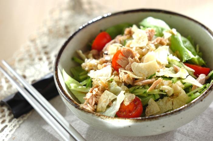 ポン酢ベースの味付けのサラダに、ツナを加えてコクうまに。ポテトチップスを少し入れてアクセントにするのもポイントです。