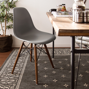 50年代インテリアを支えた一人、アメリカのチャールズ・イームズが手掛けたデザイン。脚と座面、異素材を組み合わせた特徴的なデザインは長く愛され続けています。