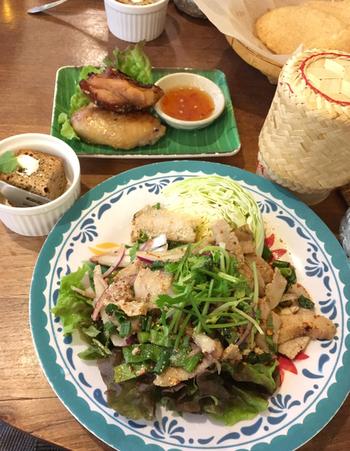 鶏の香ばし焼き、おかずサラダ、タイの蒸しもち米、デザートがセットになった「アムリタスペシャルランチ」。 もち米は、手で丸めて香ばし焼きのタレやサラダのドレッシングを付けて食べる、という現地での食べ方ができますよ。