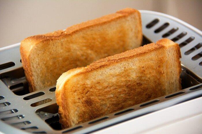 ポップアップトースターでパンを焼く最大のメリットは、食パンの水分を逃さず外はカリッと、中はモッチリとしたトーストが出来上がることです。これは、トースターの熱源とパンの距離が近いポップアップトースターだから可能になります。