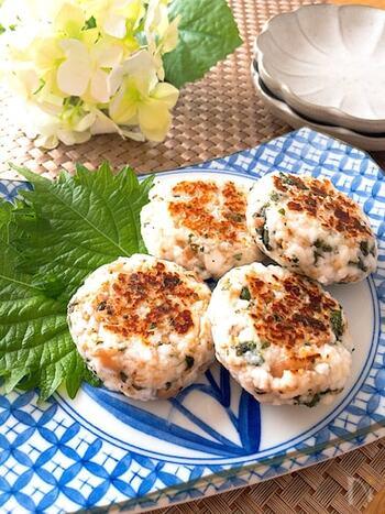 鶏肉や豚肉と合わせるイメージが強い、梅×しそ。実はお魚とも相性バッチリなんです♪こちらは、はんぺんと合わせたレシピ。混ぜ合わせて焼くだけなので、とっても簡単です。