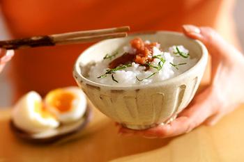 どうしても体調が優れない時は、梅おかゆを。最初から梅を入れて作るので、酸味が和らぎ食べやすくなります。刻んだしそで、彩りも香りもアップ!弱った夏の胃腸に優しい朝ごはんです。