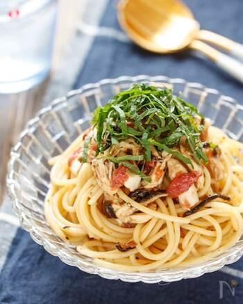お昼ごはんにぴったりのパスタにも、梅×しそを。暑い日に嬉しい冷製パスタのレシピです。具材のささみは、レンジで加熱するだけなので、作るのも簡単!食欲が無い日でも、ペロリと食べられそうです。