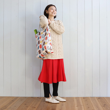 レジ袋が有料化になってエコバッグがあれば便利ですね。自分のお気に入りの生地で作ってみませんか?  内側には小さなポケット付きで、折りたためて優れもの!いつでも連れて歩きたくなるはず☆