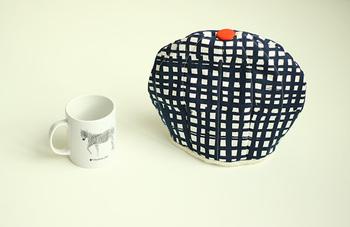 ティーポットのお茶を、温かい状態に保ってくれるティーコゼー。機能性はもちろん、来客時もこんなアイテムがあると、なんだかホッとしますよね。てっぺんには、持ち手代わりに可愛いワンポイントを付けましょう♡