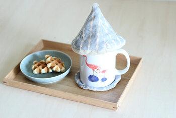 マグカップの中身が冷えないように被せる「マグカバー」。保温性に優れたキルティング生地が、おいしい温度をキープしてくれます。三角の形が屋根のようで、とってもキュート!