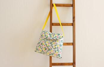 斜めがけにできる、ふた付きのショルダーバッグ。ふかふかのキルティング生地で作ったショルダーバッグは、子供が持つととってもキュート!持ち手の紐を共布にしたり、色の組み合わせを工夫して個性を出して。