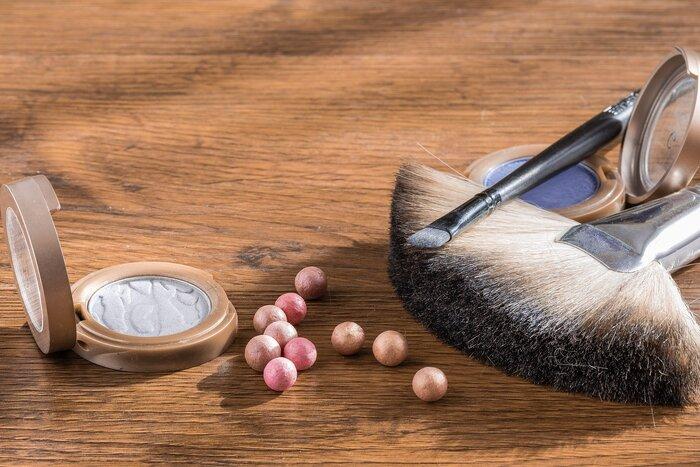 おしろいやフェイスパウダーを塗るのも摩擦防止には効果的。粒子がマスクと肌の間に隙間ができ、肌ダメージを防いでくれます。さらに、マスク着用によるメイク崩れもしにくくなるため一石二鳥ですね。