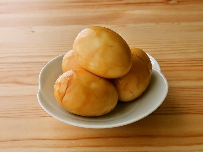 ゆで卵を、オイスターソースとポン酢のタレに漬け込んだ、中華風の味玉。卵をゆでるときに、尖っていない方に画鋲かキリで穴を開けておくと、卵が割れにくくきれいに仕上がります。