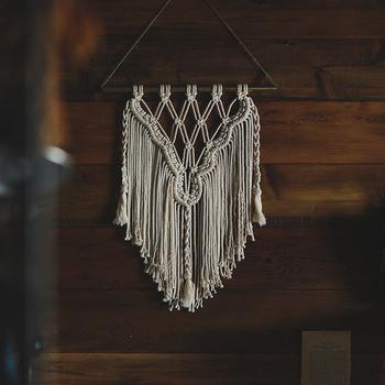 ポールから美しく垂れさがるマクラメ編み。立体感や質感は他にはない印象を作ってくれます。素材は何とタコ糸なんです。規則正しく編んで、糸を足していけば意外と簡単に出来上がるみたい。