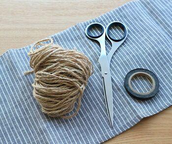 必要となるのは材料の麻紐、それからはさみとテープです。