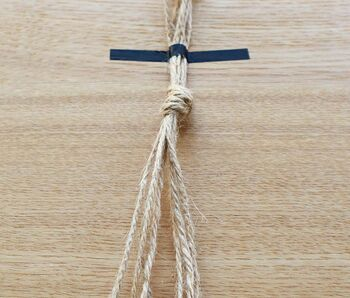 麻紐を同じ長さに8本切って、ひとまとめに結びます。この時、テープで片方を止めておくと作業がしやすいです。この結び目は後で鉢の底を支える部分になります。
