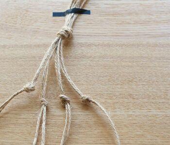 麻紐を2本取ったら、結ぶ作業をくりかえします。最初に作った結び目からの距離が編み目の大きさになるので、出来上がりをイメージしながら作ろう。