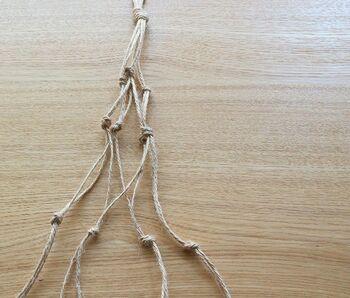 更にもう一回、隣同士の糸を選んで結び目を作ります。ダイヤ型の編み目が出来上がってきましたね。