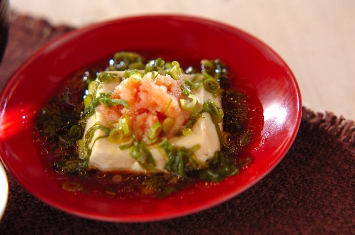 電子レンジにかけた豆腐にたらこをトッピングして、ネギダレをかけるだけ。お酒のおともにも合いそうな大人っぽいひと皿。シンプルな材料で簡単にできます。