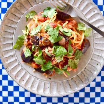 定番のトマトソースパスタも、パクチーを添えるだけで立派なエスニック料理になります。パクチーはやや細かめにカットすると、お口の中に香りが広がりやすくなって◎ こちらの料理は、パクチーさえあれば特別な調味料はいらないのが魅力的。これからエスニック料理に挑戦したい方におすすめしたいアレンジレシピです。