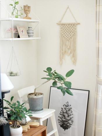 単調になりがちな白い壁にマクラメ編みのタペストリーを。ポスターとは違った演出で素敵です。同じ白でも、編み物独特の立体感が生まれます。