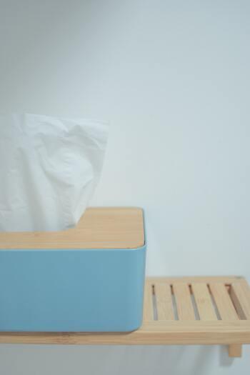 マスク内の蒸れはこまめにティッシュで拭きとり、清潔に保つことが重要。しかし、ティッシュオフだけでは肌が乾燥してしまうため外出時などにはメイクの上からでも保湿できるミスト化粧水を一緒に持ち歩くとよいでしょう。