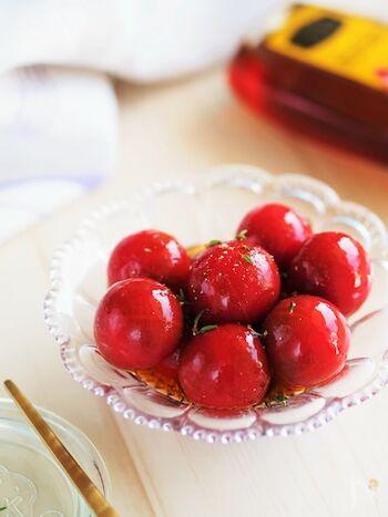 湯むきしたミニトマトを、ポン酢とはちみつに漬け込みます。甘みがあって、どんどん食べられる夏向きの副菜。真っ赤なトマトが宝石のようにきれいですね。