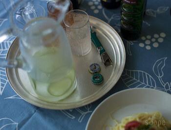 真鍮のお盆はちょっぴりエキゾチックな雰囲気を纏って、食卓を華やかに演出してくれます。こちらの東屋のお盆は、ひとつひとつ丁寧にヘラ絞りで作られているそう。使うほど、少しずつ色味が変わり、じっくりと育てていく楽しみがあるお盆です。