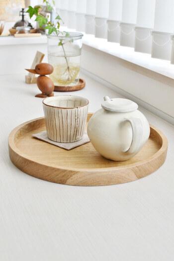 丸盆といえば、やっぱりお茶は欠かせないものです。すっきりとした白木の丸盆には、やさしい粉引の器がよく似合っています。白木の丸盆は、洋風にも和風にも使えるのでひとつあると重宝します。