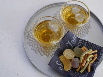 シルバーの丸盆に、グラスとゼリー菓子で、夏らしい涼し気な佇まいのティーセットに仕上がりました。からんと氷の音が聞こえてくるようですね。