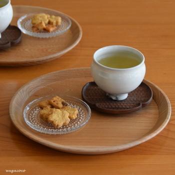 日本茶にガラスの器を合わせると、ちょっぴり軽やかな雰囲気がプラスされます。コンパクトなサイズ感の丸盆はお茶をのせて、そのままキッチンに下げることもでき、便利に使えます。